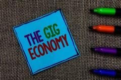 显示违规记录经济的文字笔记 短期合同企业照片陈列的市场做自由职业者工作临时蓝纸 免版税图库摄影