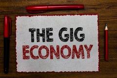 显示违规记录经济的文本标志 短期合同概念性照片市场做自由职业者工作临时红色毗邻的白色pag 库存图片