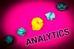 显示逻辑分析方法的文本标志 概念性照片数据分析财政信息统计报告仪表板想法概念桃红色b 免版税图库摄影