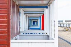 显示醒目的透视的海滩小屋在索思沃尔德码头,在英国的沙福克县 免版税库存图片