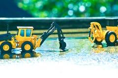 显示铲车玩具的工作的特写镜头的场面 库存照片