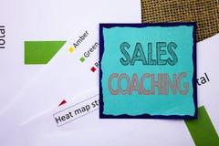 显示销售教练的概念性文字文本 概念意思企业目标在稠粘的便条纸写的成就良师o 免版税库存图片