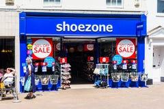 显示销售标志的鞋子区域商店的Trowbridge威尔特郡6月28日2019前面 免版税库存照片