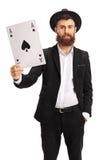 显示锹卡片的一点有胡子的人 免版税图库摄影