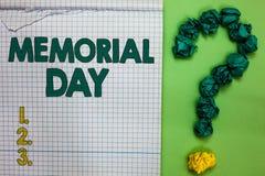 显示阵亡将士纪念日的文字笔记 陈列对荣誉和记住在没有兵役的正方形死的那些人的企业照片 皇族释放例证