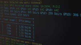 显示隐藏在个人计算机屏幕上的货币开采的船具的进展开采的软件- 股票视频