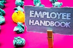 显示雇员手册的文字笔记 企业手工章程的照片陈列文件统治指南政策暗语 免版税库存照片