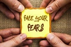 显示面孔您的恐惧的概念性手文字 书面的企业照片陈列的挑战恐惧Fourage信心勇敢的勇敢 免版税库存图片