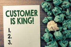 显示顾客的文本标志是国王 殷勤概念性照片服务和迫切地适当地提供需要 免版税库存照片