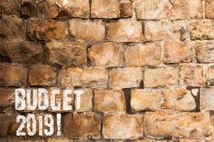 显示预算的文本标志2019年 支出和收入的概念性照片估计本年度砖墙艺术的象 免版税库存照片