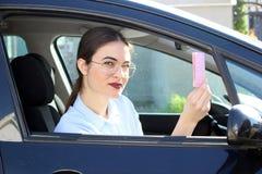 显示驾照的年轻司机 免版税库存图片