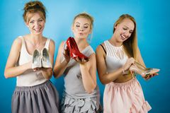 显示高跟鞋鞋子的三名妇女 库存照片