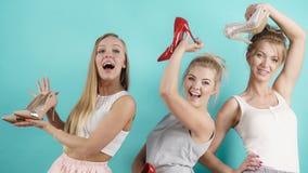 显示高跟鞋鞋子的三名妇女 库存图片