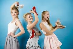 显示高跟鞋鞋子的三名妇女 图库摄影
