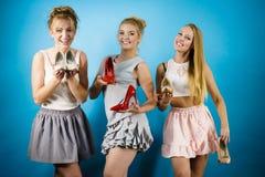 显示高跟鞋鞋子的三名妇女 免版税图库摄影
