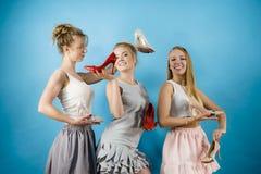 显示高跟鞋鞋子的三名妇女 免版税库存图片