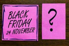 显示黑星期五11月24日的文本标志 概念性照片特殊的拍卖感恩打折清除紫罗兰色颜色黑色林 库存照片
