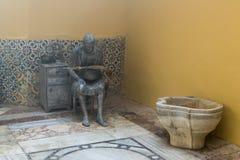 显示19世纪末的生活的雕刻的陈列在土耳其浴-哈马姆El Basha在老镇英亩  免版税库存图片