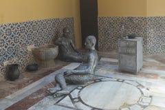 显示19世纪末的生活的雕刻的陈列在土耳其浴-哈马姆El Basha在老镇英亩  免版税图库摄影