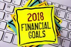 显示2018个财政目标的文字笔记 陈列新的经营战略的企业照片赢得更多赢利较少投资命令 库存照片