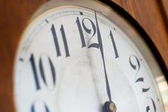 显示6个o时钟的葡萄酒编钟 免版税库存图片