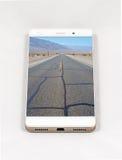 显示死亡谷的整个银幕的图片现代智能手机 免版税库存照片