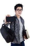 显示移动电话的男学生 免版税图库摄影