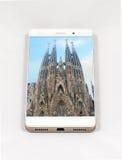 显示巴塞罗那的整个银幕的图片现代智能手机, S 免版税库存照片