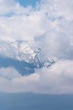 显示从多云面纱的鬼的山峰 免版税图库摄影