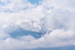 显示从多云面纱的鬼的山峰 图库摄影