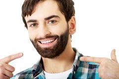 显示他完善的牙的年轻人 免版税库存照片