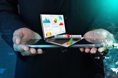 显示财政报告的商人在膝上型计算机 免版税库存照片