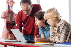 显示结果的激动的坚定的学生对他们的老师 库存照片
