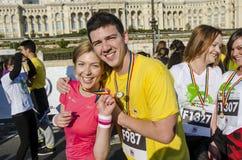 显示他们的奖牌的微笑的夫妇 免版税库存照片