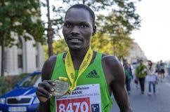 显示他的奖牌的黑人运动员 库存照片