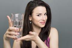 显示水的女孩 免版税库存照片