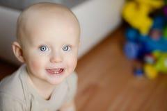 显示他第一两颗牙笑的6个月婴孩 免版税库存图片