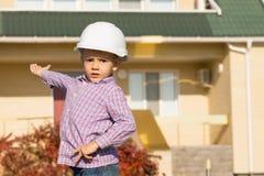 显示建筑议院的男性工程师孩子 免版税库存图片
