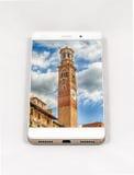 显示维罗纳, Ital的整个银幕的图片现代智能手机 免版税图库摄影