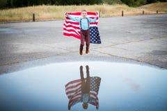 显示他自己的国家的孩子爱国心,团结状态 免版税库存照片