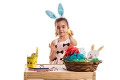 显示黄色复活节彩蛋的女孩 库存图片