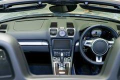 显示仪表板的一辆现代汽车的内部 免版税库存图片