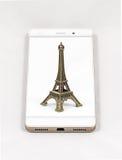 显示巴黎,法郎的整个银幕的图片现代智能手机 免版税库存图片