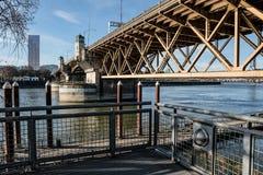 显示Burnside桥梁的下面的Eastbank广场在波特兰,俄勒冈 2017年12月 免版税库存照片