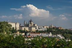 显示Catedral de la Almudena的马德里地平线在马德里, Sp 免版税库存图片