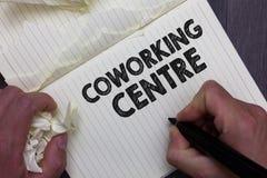 显示Coworking中心的文本标志 概念性照片共有的工作场所经常办公室和独立活动人藏品 图库摄影