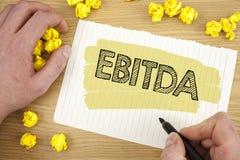 显示Ebitda的文字笔记 企业照片陈列的收入,在税被测量评估书面的公司表现前 免版税图库摄影