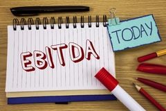 显示Ebitda的概念性手文字 企业照片文本收入,在税被测量评估公司表现writte前 免版税库存图片