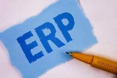 显示Erp的文本标志 概念性照片企业资源计划与自动化在泪花蓝色写的后台系统作用Stic 免版税库存图片