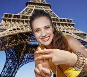 显示hashtag的微笑的妇女打手势反对埃佛尔铁塔 库存照片